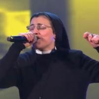イタリアの歌番組で修道院のシスターが熱唱、審査員・観客総立ちの美声が凄い!