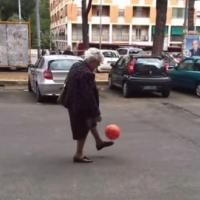 【動画】イタリア人はおばあちゃんまでサッカーが上手い事が判明