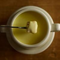 チーズフォンデュからヒントを得て作られたスリッパ「Fondue Slipper」が斬新すぎる!