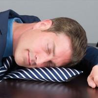もう限界…今すぐここで寝たい!って時に膨らませて枕にできるネクタイ