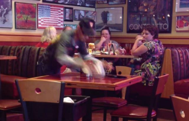 【動画】超高速でテーブルを片付けるバスボーイ(店員)
