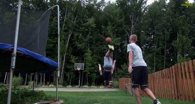 【動画】バク転しながらバスケットボールをキックして60フィート先のゴールに入れる神業