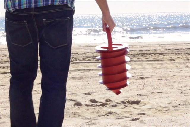 もっと早く知りたかった!ビーチで貴重品を地面に隠すことができる防犯グッズ「Beach Vault」が便利すぎる
