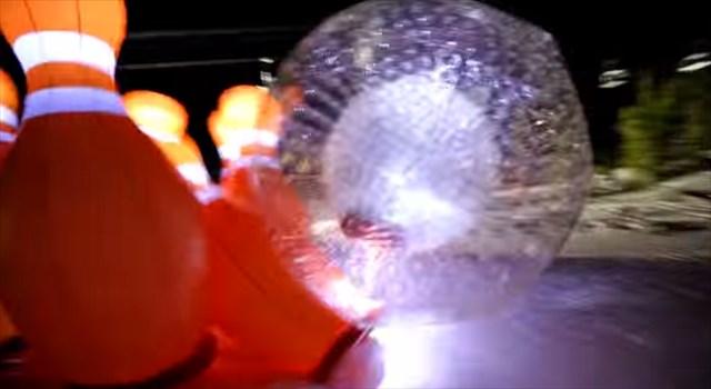 【動画】自らがボールに飛び込んで突進する人間ボウリングが凄い! by Bear Naked