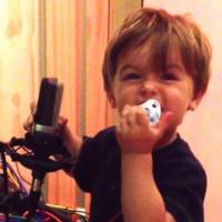 ヘビメタを熱唱する1歳のROCKな男の子「イーサンコンラッド」君が話題