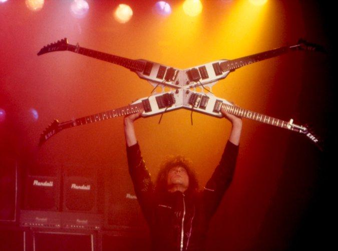 マイケル・アンジェロ愛用の4本のギターが合体してX型になった「Quad Guitar」が凄い!