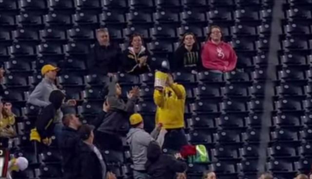 【動画】突然飛んできたファウルボールをポップコーンの入ったバケツでナイスキャッチする観客