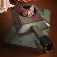 割とリアルなところがシュールでカワイイ戦車型のキャットハウス「Tank Cat Playhouse」