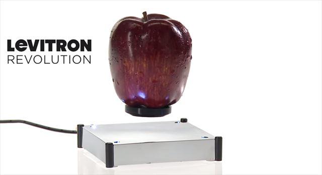 色んなものをふわふわ空中に浮かべて飾ることができる装置「Levitron Revolution」