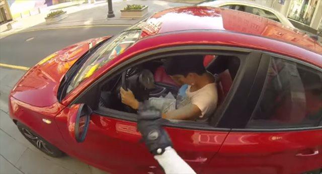 ゴミをポイ捨てした車をバイクで追跡してゴミを投げ返す謎の女性の動画が話題