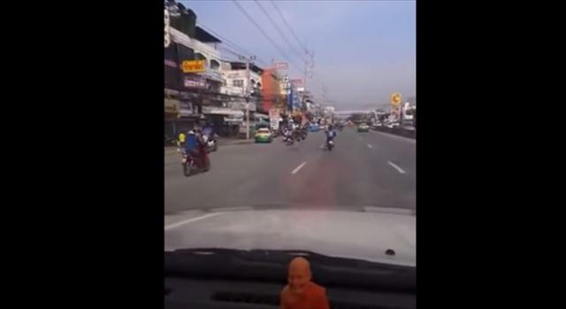 【動画】車内カメラが捉えた道路を猛スピードで走る意外なものとは!?