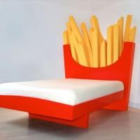 巨大なマックフライドポテトのように見えるベッド「Supersize Bed」