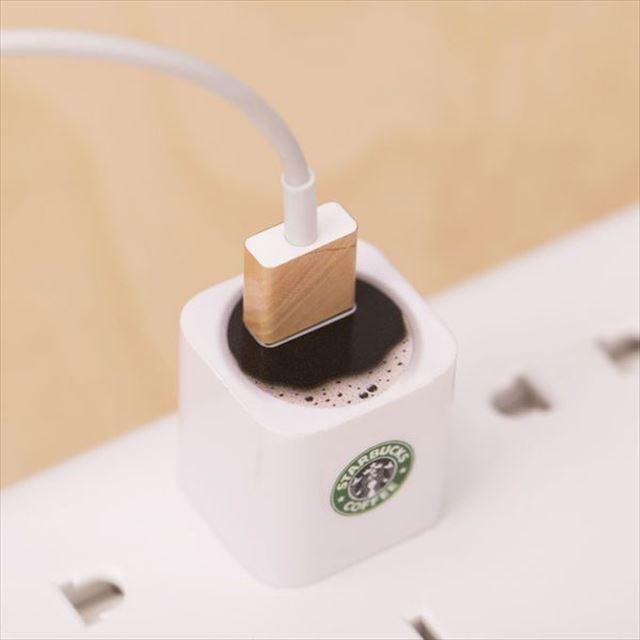 あぁ!!コーヒーの中にUSBケーブルが浸かってる!!・・・って気分になれる電源アダプタ