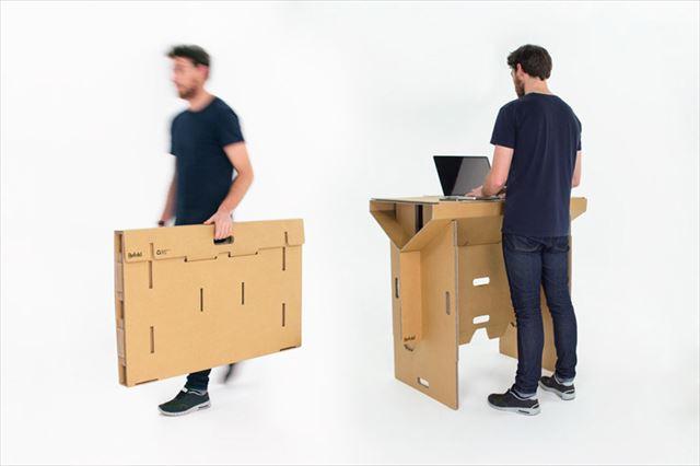 片手で持ち運べてすぐに組み立て可能なダンボール製デスク「Refold's Portable Cardboard Standing Desk」