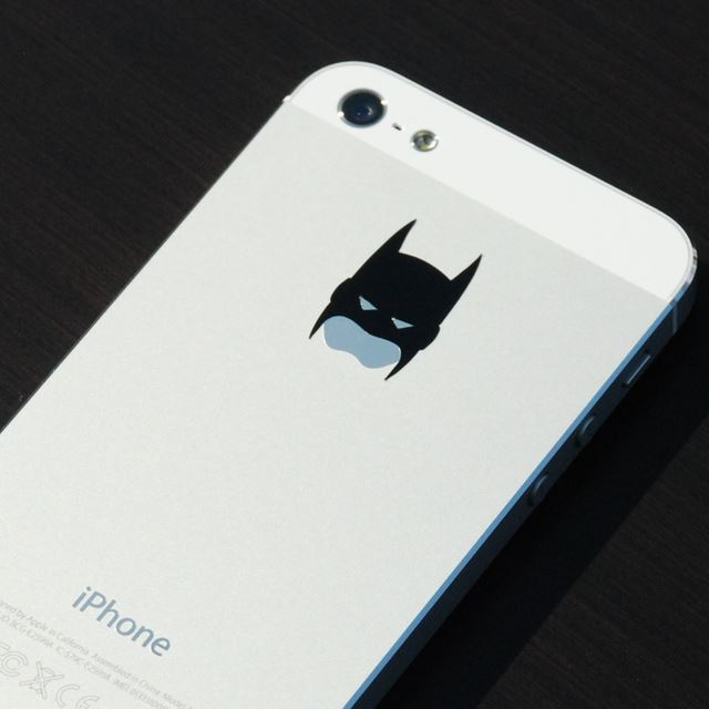 iPhoneのリンゴマークをバットマンに変えるデカール「Batman iPhone Decal」