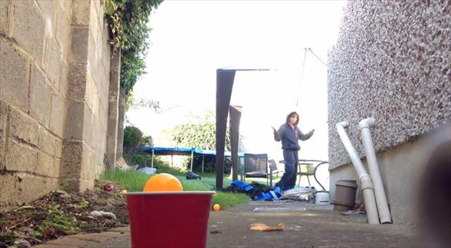 ピンポン球を投げてトリッキーにカップに入れる映像を集めた動画がおもしろ気持ちイイ!