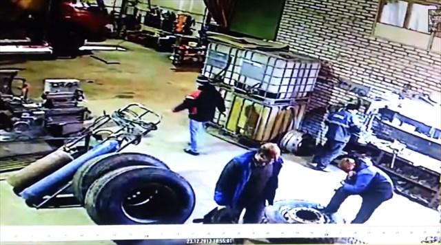 凄まじい衝撃!タイヤに足を置いていたら突然爆発して空中で1回転するほど吹っ飛ばされるハプニング