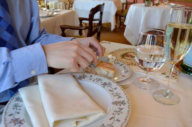 意外と知らない!?レストランで食事後にテーブルナプキンを畳むと大変な事に・・・
