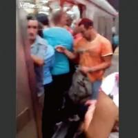 【動画】満員電車のドアにとんでもないところが挟まってしまった男性www