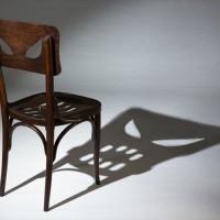 ライトを当てると恐ろしい顔が現れる椅子