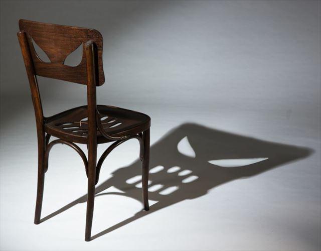 ライトを当てると影が恐ろしい顔になる椅子