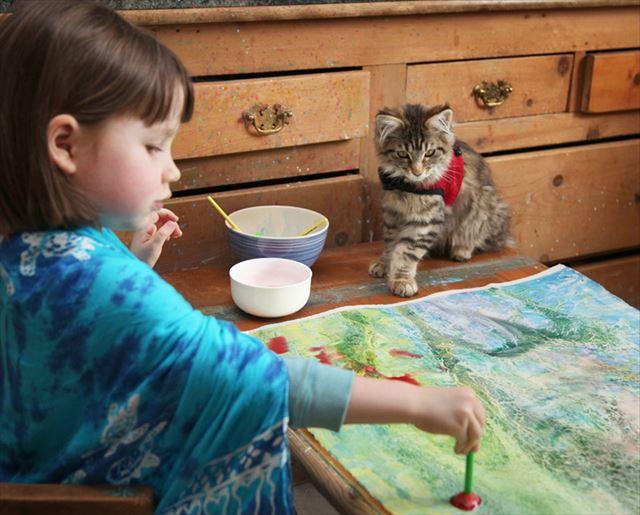 素晴らしい絵の才能を持つ自閉症の女の子とそれを支える猫の心温まる写真が話題