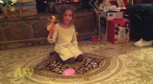 可哀想だけど笑っちゃうwww女の子の大好きな玩具「空飛ぶ妖精」に起きた予想外の展開とは!?