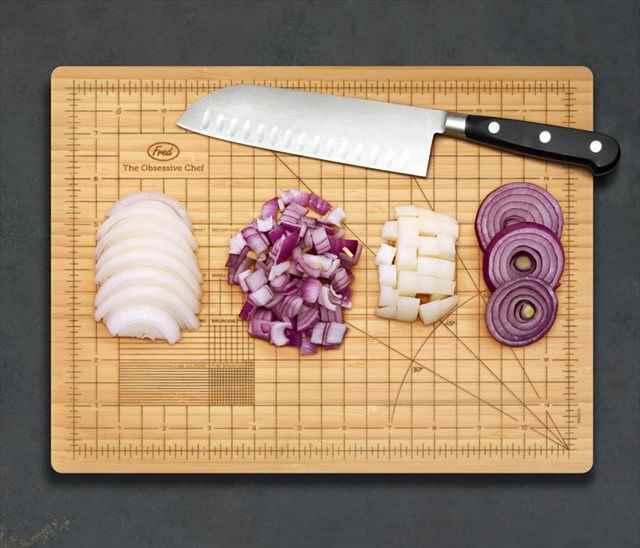 几帳面な人にオススメしたいキッチリ同じサイズに切れるまな板「The Obsessive Chef Cutting Board」