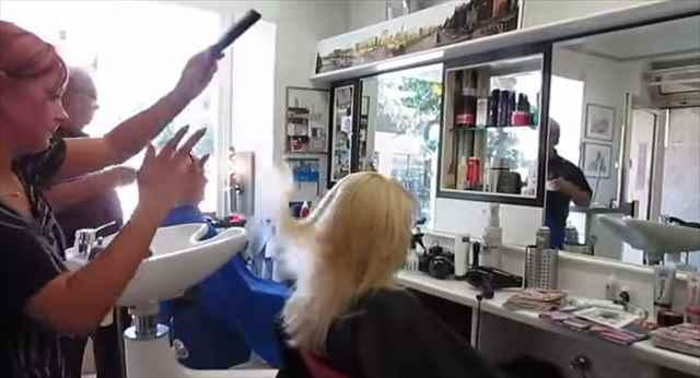 ガンスピンのように指1本であるものを回転させてカットする謎の美容師が凄い!