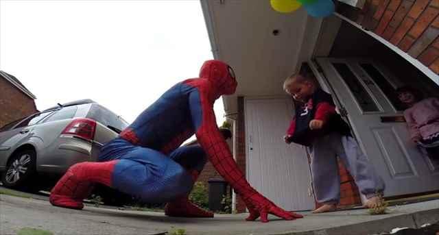 スパイダーマンが大好きな重病の息子の為にスパイダーマンになりきったお父さんのサプライズが素敵すぎると話題