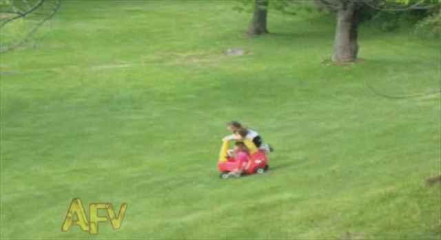 子供が乗ったカートが坂道を急降下!しかもその先には小さな女の子が!絶対絶命のピンチを救ったのは・・・?
