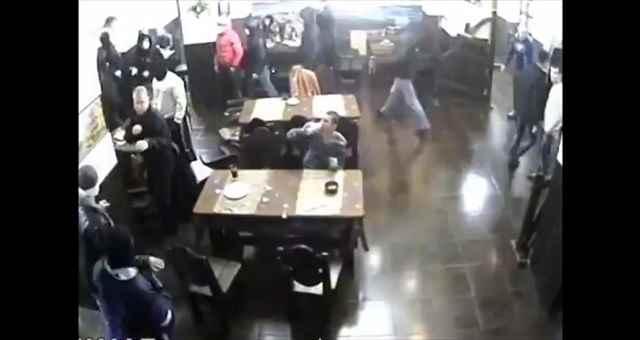 突然レストランに武装した黒ずくめの男達が乱入!・・・したけど全く気にせずに食事を続ける男性w