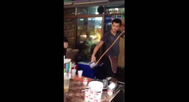 カップに吸い寄せられている!?絶対にミルクティーこぼさないタイのお茶販売員が凄い!