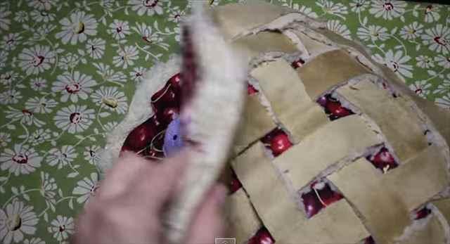 【動画】天使過ぎる・・・!チェリーパイ型のベットの中でテディベアを抱きしめながら寝る猫