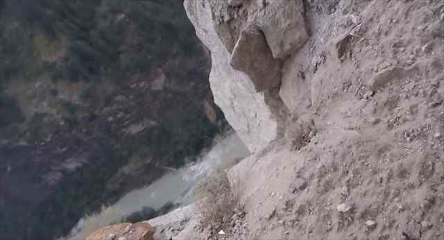 【動画】乗るだけで寿命が縮まりそう・・・ヒマラヤの超危険な山道を走るバスの映像が凄い