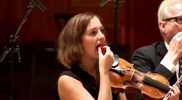 世界一辛い唐辛子を食べた後に苦悶の表情で演奏するチリペッパー愛好家達のオーケストラ
