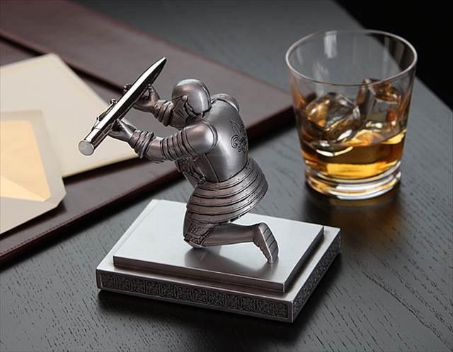 ちょっとだけ高貴な気分になれるペン立て「Executive Knight Pen Holder」
