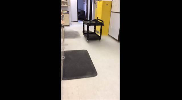 【動画】大掃除に便利!?液体窒素を床にぶちまける超強引な床掃除の方法(※絶対に真似しないように)