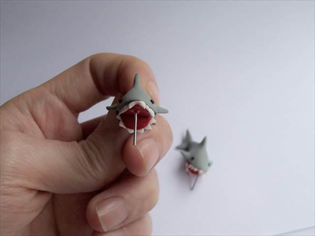 サメにガブッと噛まれたようなイヤリング「Shark Bite Earrings」が可愛すぎる!