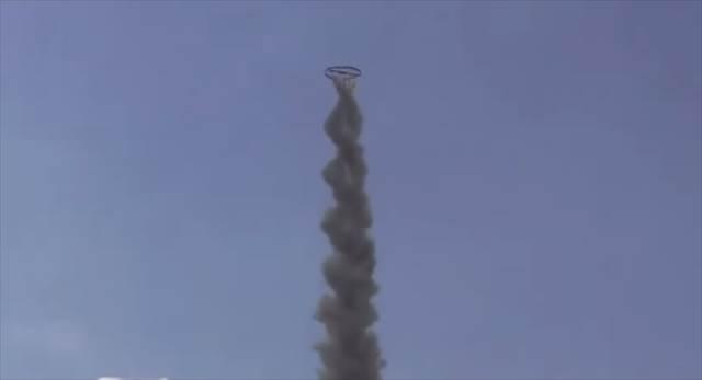 タイ人が作ったオリジナルの打ち上げ花火の予想外の動きに驚いた!最後はなんと・・・
