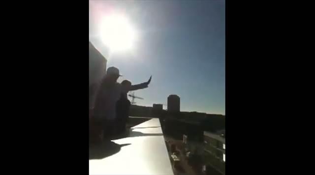 ジャスティン・ビーバーを目当てで集まったファンに屋上から偽物が手を振った結果www