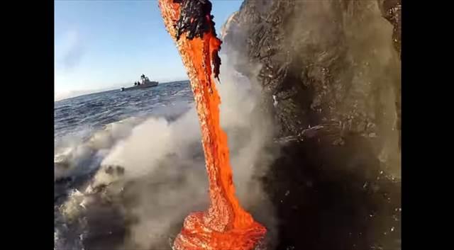 まさに命懸け!溶岩が海に流れ落ちる様子を超接近して撮影した動画が話題に