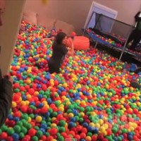 これは楽しそう!家の中に巨大トラック一杯分のカラーボールを流し込むサプライズに子供達が大喜び!
