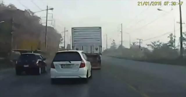 【動画】反対車線に飛び出した暴走車が次々と危機的状況を回避する映像が凄い