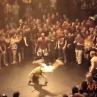 【動画】格闘技史上最も恥ずかしいKO!?「お調子者のカポエイラ vs 冷静なファイター」