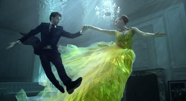 【美しすぎるCM】水中で浮かびながら幻想的に踊る『クスミティー』のCMが素晴らしい!