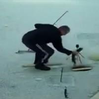 【動画】コントみたいな展開で釣った魚を取り逃がすオジサンが面白可愛いw