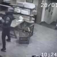 気分爽快!飲食店で暴れる3人組を一瞬で蹴散らす謎の女性が凄い