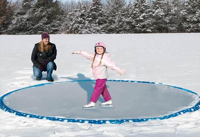 野外に12フィートの専用小型スケートリンクを作ることができるグッズが面白そうだよ!