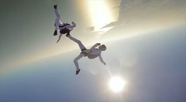 【動画】GoProで撮影された『シンクロナイズドスカイダイビング』の様子が凄い!